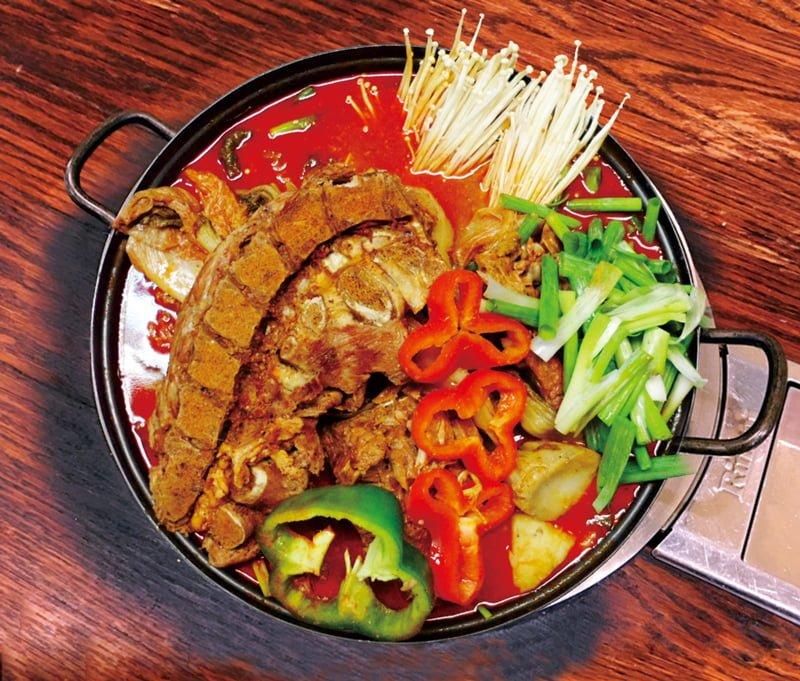 韓國人氣美食——姨母脊骨鍋。(張學慧/大紀元)