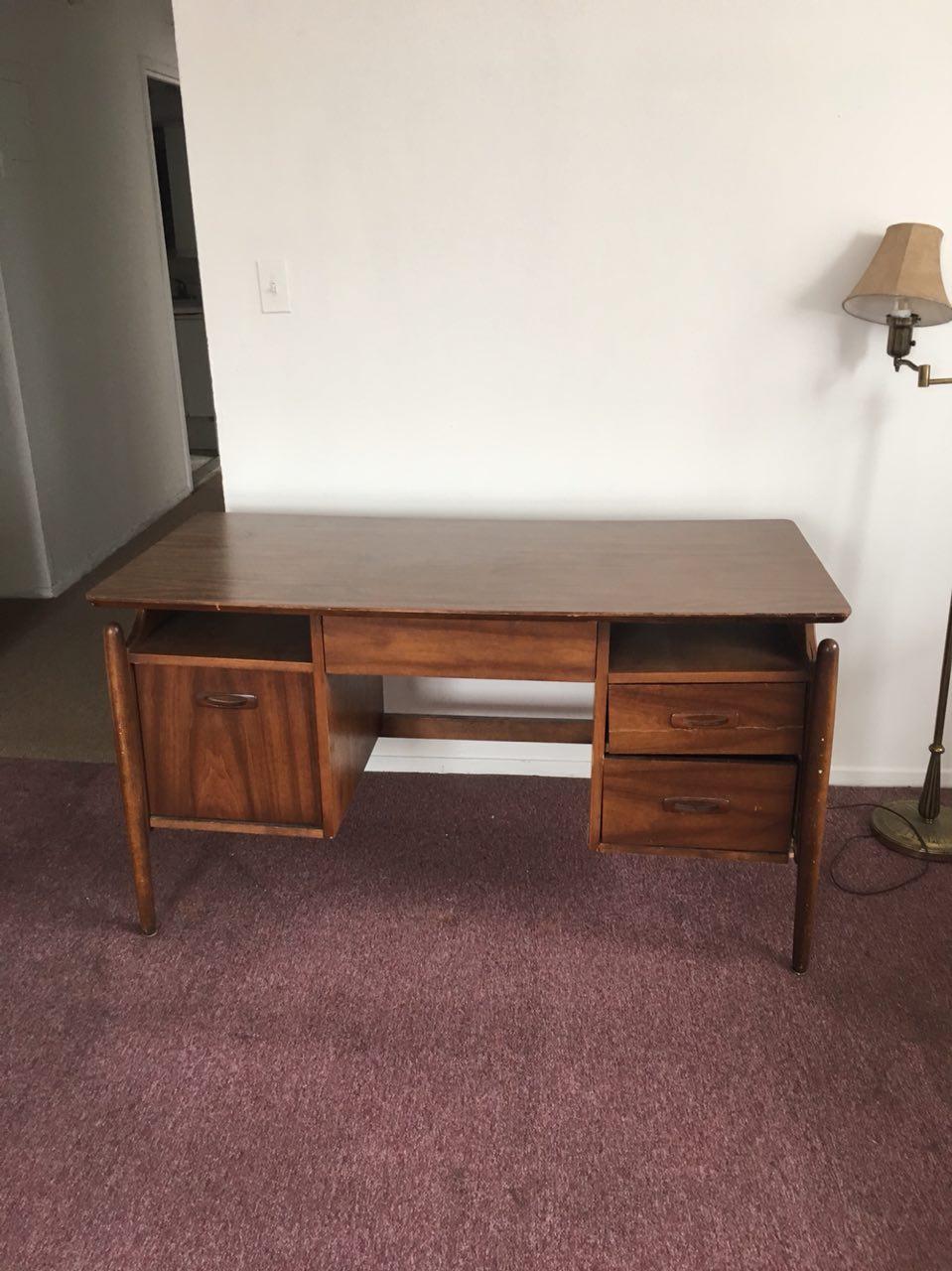 搬家便宜賣:椅子賣15美元。 桌子賣15美元,請聯繫:718-570-1223